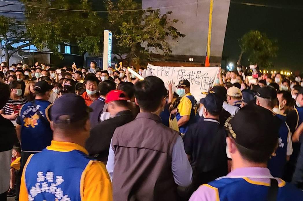 聲援南鐵東移案拆遷戶黃春香民眾,在台南國慶煙火晚會拉起白布條表示抗議。 圖/聯合報系資料照