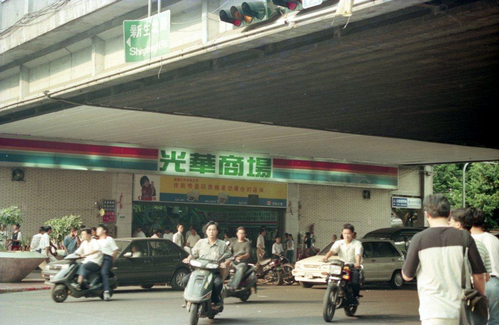 過去的光華陸橋,正是為了讓公路能繞過鐵路而設,橋下的公共空間於是讓光華商場進駐。攝於1996年7月13日。 圖/聯合報系資料照