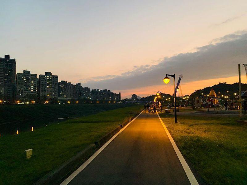 接近傍晚的自行車道有著絕美夕陽的氛圍點綴,令人陶醉。 圖/IG網友阿全的世界拼圖授權