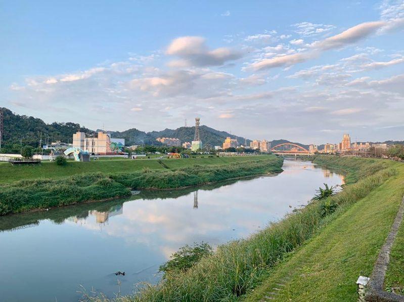 汐止基隆河自行車道曾被票選為第一名的自行車道,寬敞車道與美麗風景是其吸引人的特色之一。 圖/IG網友阿全的世界拼圖授權