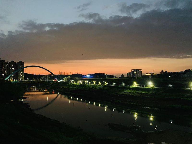 晚霞的河畔很適合駐足停留。 圖/IG網友阿全的世界拼圖授權