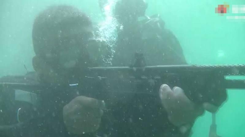 解放軍三棲特種兵在水下進行實彈射擊。(微博@東部戰區)