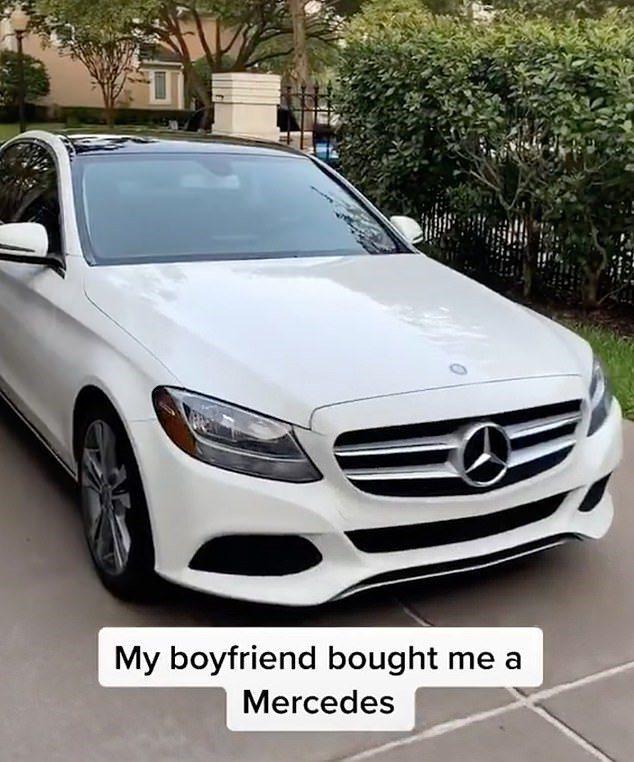 包養女炫耀男友買給她的名車。圖/取自dailymail