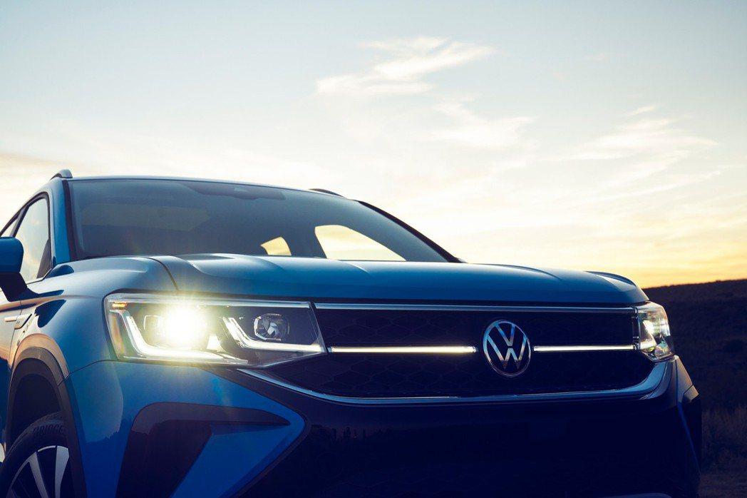 全新Volkswagen Taos擁有相連至水箱格柵上的LED日行燈。 摘自Vo...