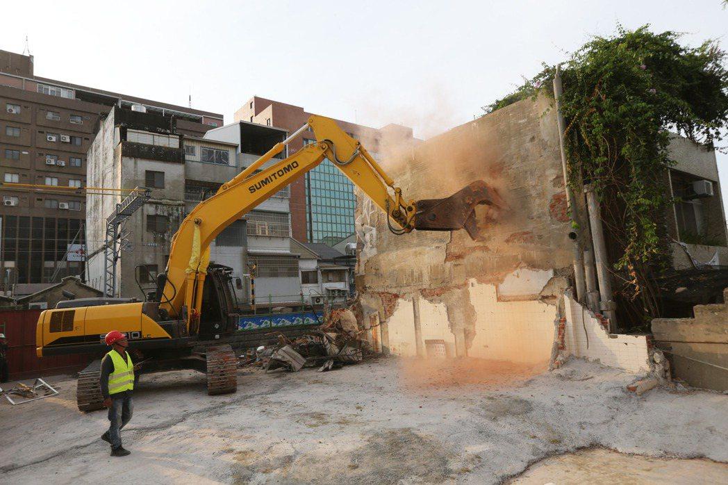 南鐵地下化工程最後拒拆遷戶之一陳家,13日被鐵道局強制拆除。 圖/聯合報系資料照