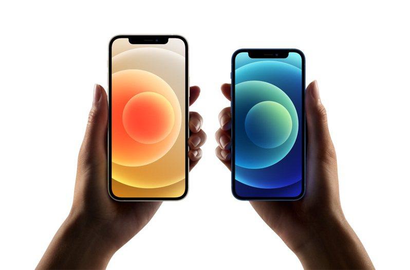 蘋果發表iPhone12系列手機。圖右為5.4吋的iPhone 12 mini,是目前全球最小巧的5G手機。圖/蘋果提供