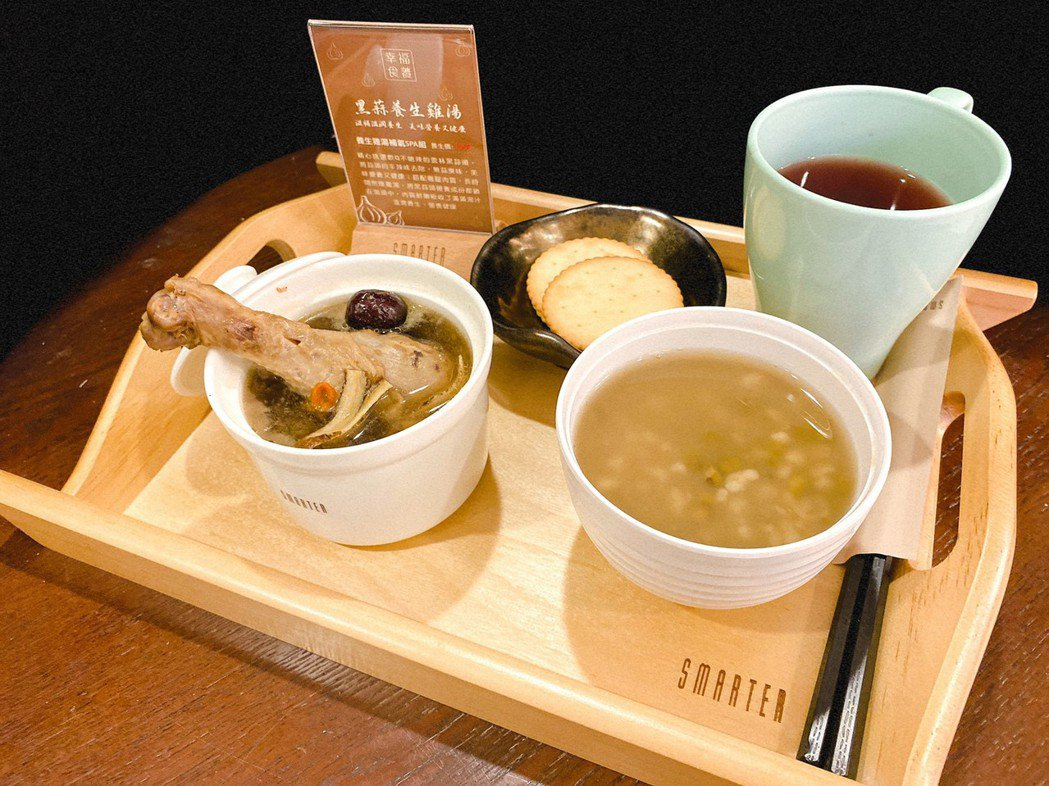 順應健康養生的風潮,服務再升級,推出「幸福食養 黑蒜養生雞湯」。詩嫚特 / 提供...
