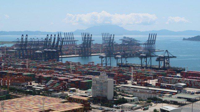 在其他國家努力防疫之際,大陸工廠正迅速復工,與今年頭兩個月出口萎縮17.1%形成...