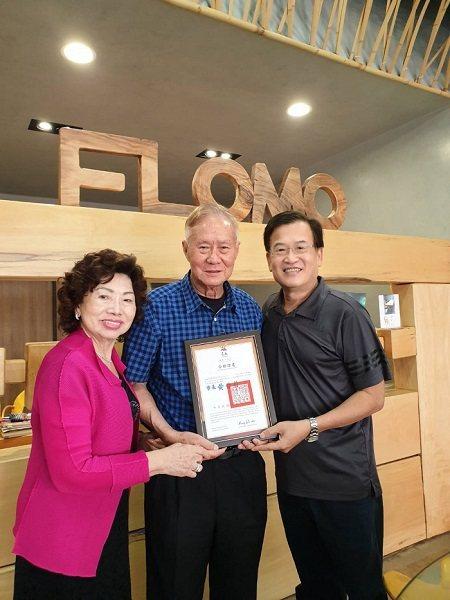 富樂夢獲台南市政府頒發英語友善觀光工廠證書及標章,由創辦人沈坤照夫婦代表領獎。 ...