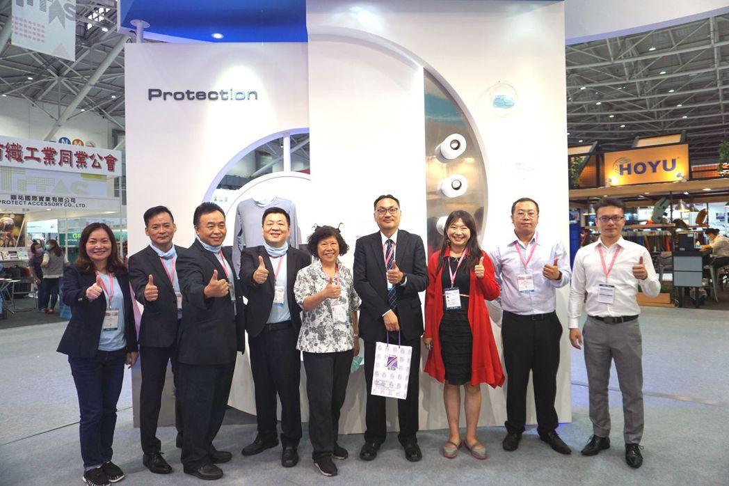 台灣區人造纖維製造工業公會秘書長俞玲華(左五)與貴賓們合影。 金萊萊/攝影