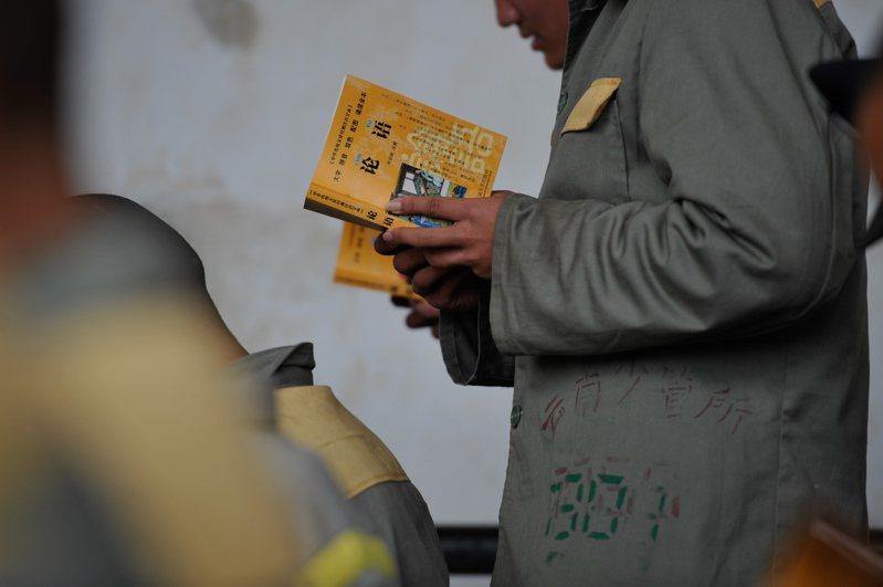 中國擬將未成年人犯罪的刑責年齡降到12歲。圖為雲南省未成年犯管教所未成年服刑人員在上課。(中新社)