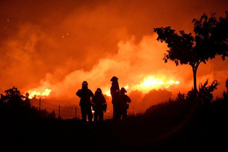 本年度的野火已經燒毀加州400多萬英畝土地,面積是2018年最高紀錄的兩倍。 路透