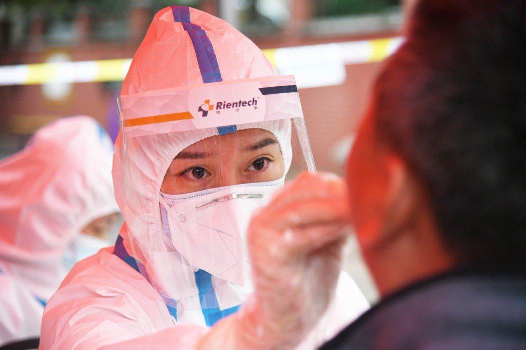 青島出現新冠肺炎本土病例,北京市政府今天下午宣布,目前在青島的人員近期「非必要不...