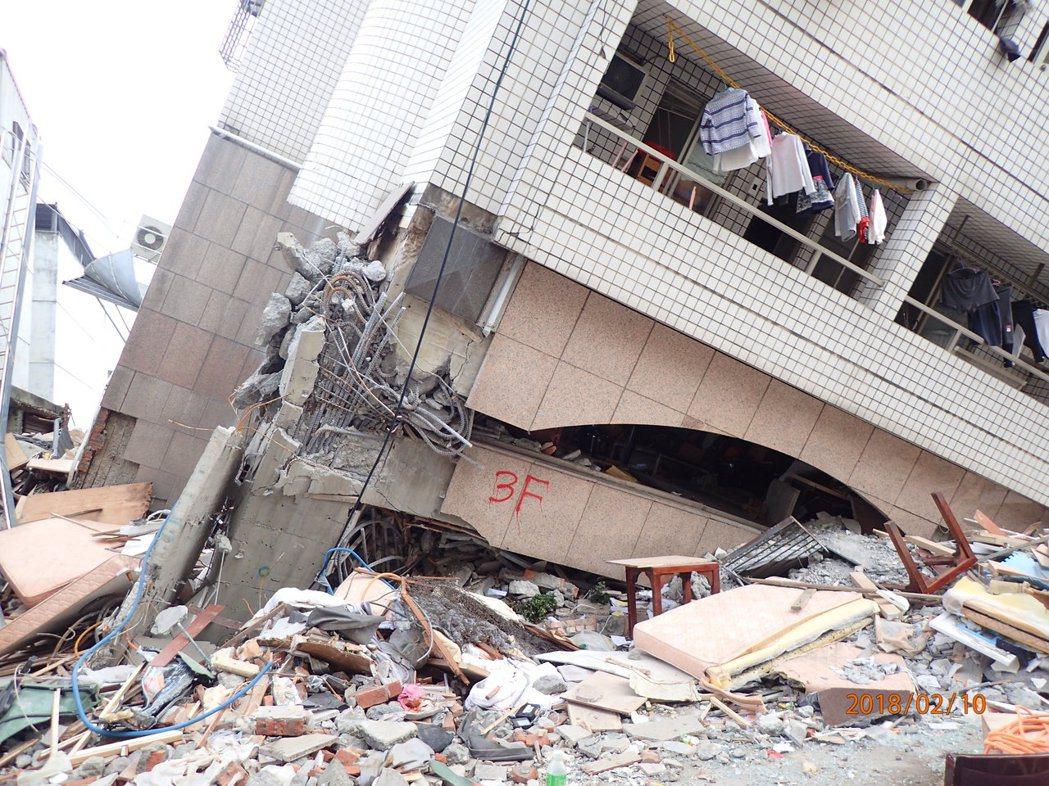 ●地震大樓倒塌案件中90%以上屬於1、2樓層柱破壞爆裂倒塌情況。