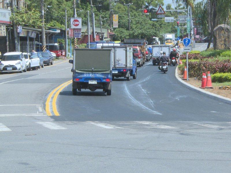 在新北市議員陳偉杰協助爭取下,埤島道路拓寬2線道,解決塞車問題。 圖/紅樹林有線電視提供