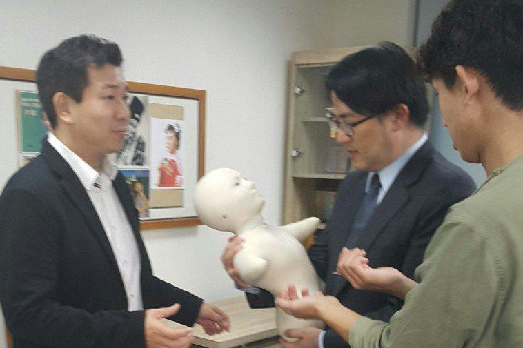 台北榮總遊詣居日照中心引進人型機器人Telenoid,透過機器人與失智長輩對話、...