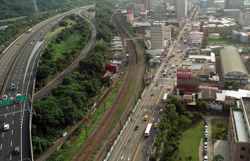 基隆輕軌將升格為中運量捷運,未來將與民生汐止線在汐止大同路段(圖中右側馬路)整合共構。圖中則為台鐵路線。圖/聯合報系資料照片
