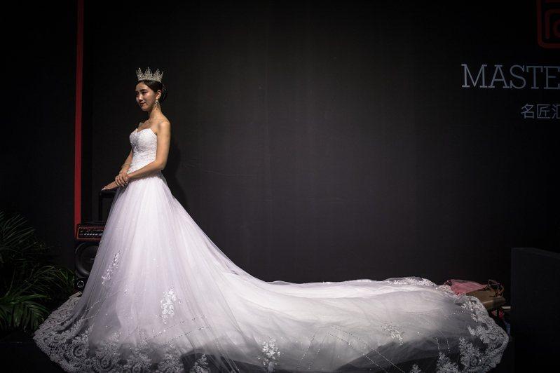 如童話中的公主般嫁入豪門,是大陸許多加入「名媛培訓班」女孩們的夢想。圖為早前在北京舉行的婚紗展。歐新社