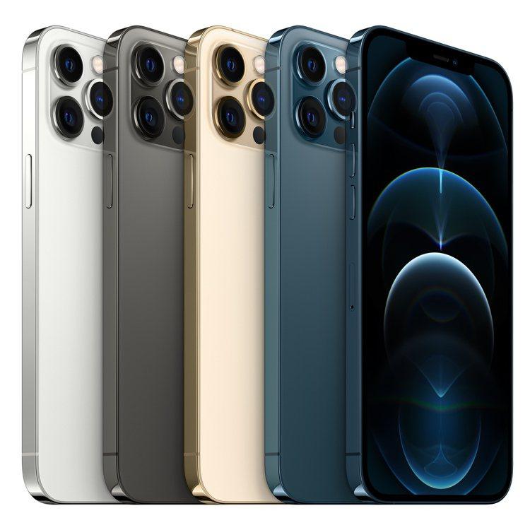 iPhone 12 Pro系列採用不鏽鋼邊框,擁有石墨色、銀色、金色與太平洋藍色...