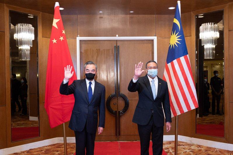 大陸國務委員兼外交部長王毅(左)在吉隆玻,與馬來西亞外交部長希沙慕丁(右)。圖/大陸外交部官網