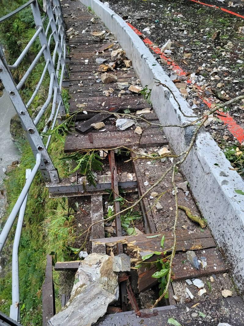 太魯閣國家公園燕子口步道落下大量落石,多處欄杆與木棧道損壞,下周一才重新開放。圖/太管處提供