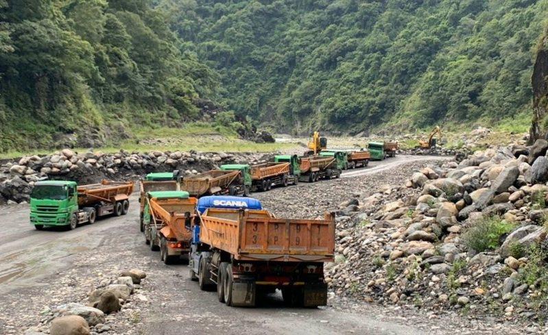 石門水庫義興地區的清淤主要用砂石車外運。圖/北區水資源局提供