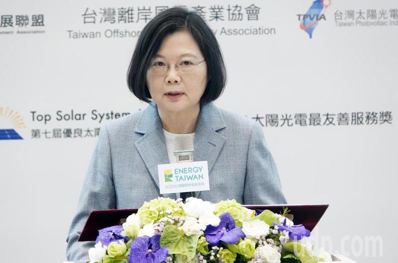 「台灣國際智慧能源週」上午在台北南港展覽展出,蔡英文總統(圖)出席開幕典禮頒獎並參觀。記者曾學仁/攝影