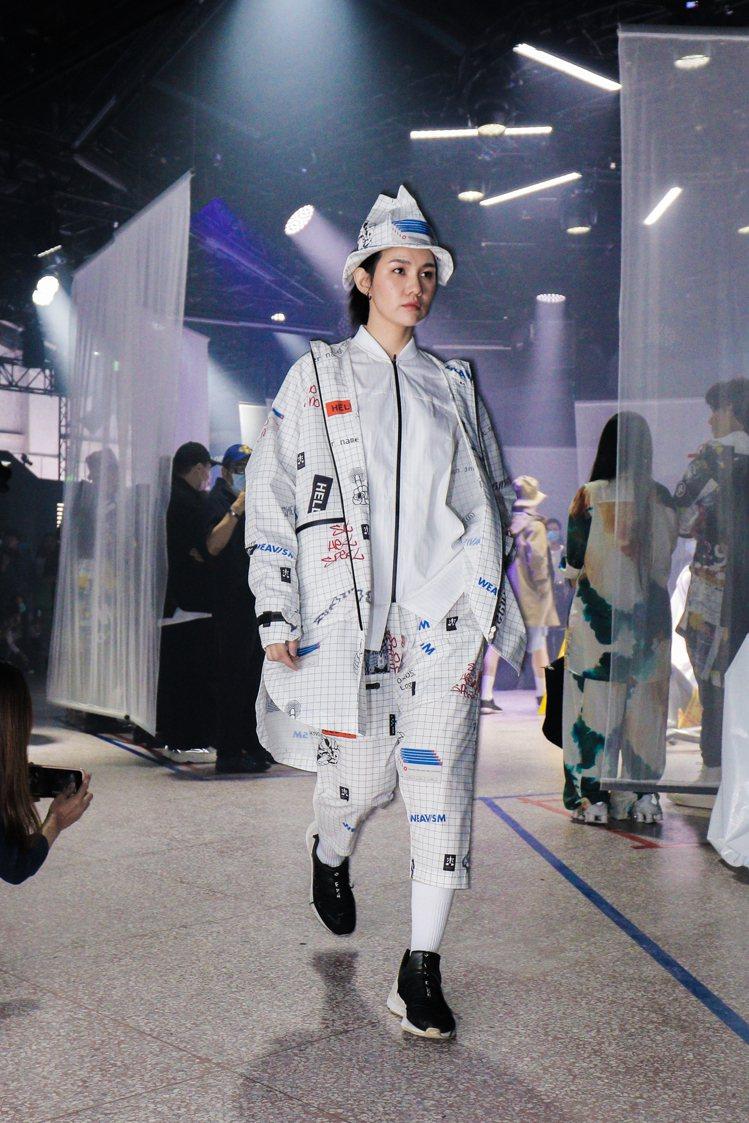 WEAVISM的2021春夏系列,探討機能性服裝的多樣可能性,具有街頭潮流感。圖...