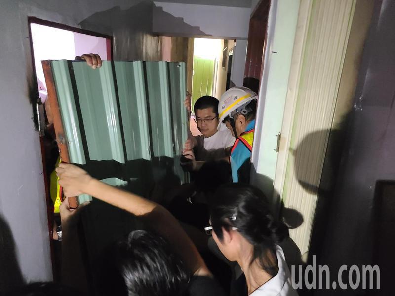 鐵道局人員要以鐵皮封黃春香家樓梯,數名學生加以阻擋。記者黃宣翰/攝影
