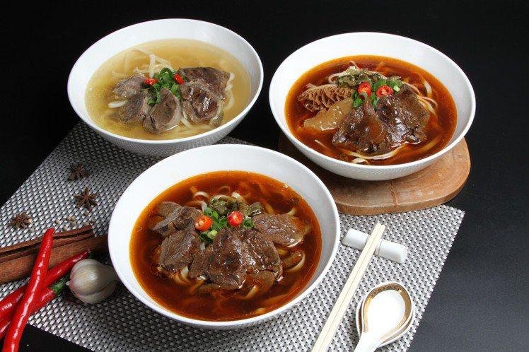 長榮空廚將供應給高級商務艙的牛肉麵製成冷凍包,推出秘製紅燒牛肉麵、空廚經典三寶麵...