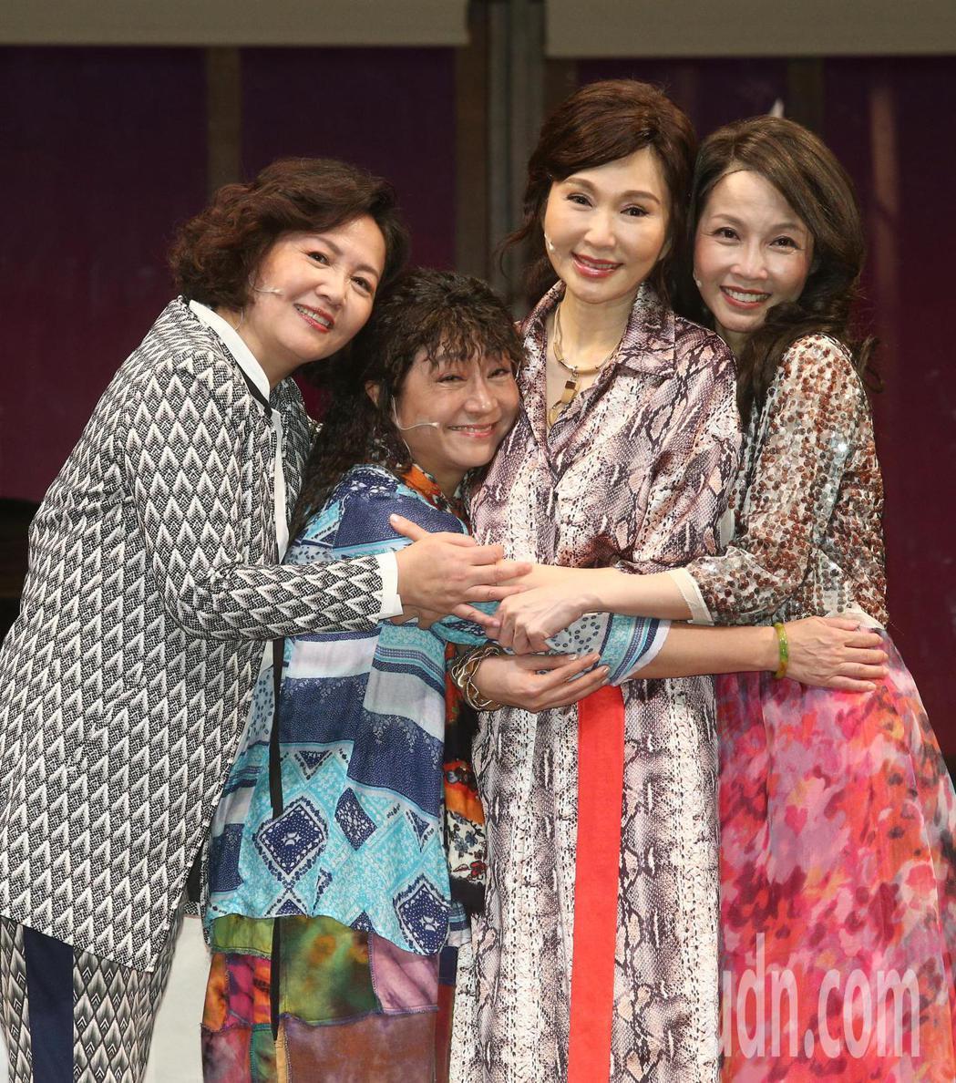 王琄(左起)、楊麗音、張玉嬿、蕭艾一起演出堪稱史上邀請到最多25座金鐘獎演員的舞...