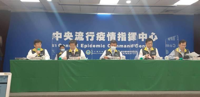 中央流行疫情指揮中心10月14日14:00舉行記者會出席者第一排由左到右為中央流...