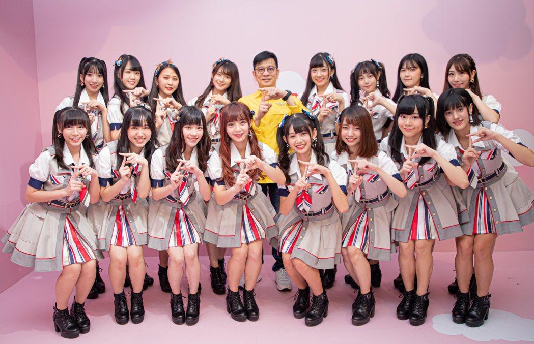 陳子鴻(後排中)一手栽培的AKB48 Team TP成員羅瑞婷(前排左起)、劉曉...