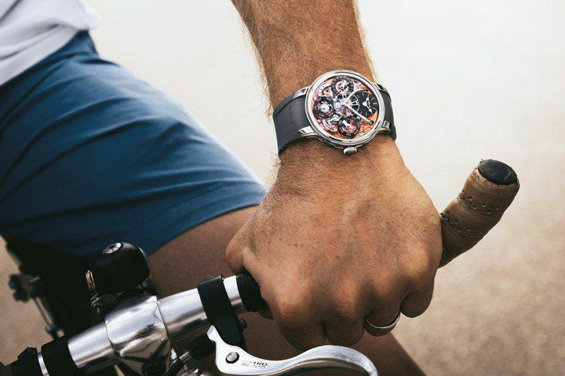 運用一體成形吸震系統「FlexRing」,則為腕表打理了一個更為安全、舒適的環境。圖 / MB&F提供。
