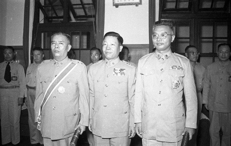 美國國務院檔案指1949年11月6日,美國駐華大使司徒雷登與蔣中正私人代表鄭介民(左一)在華府會面。圖/聯合報系資料照片