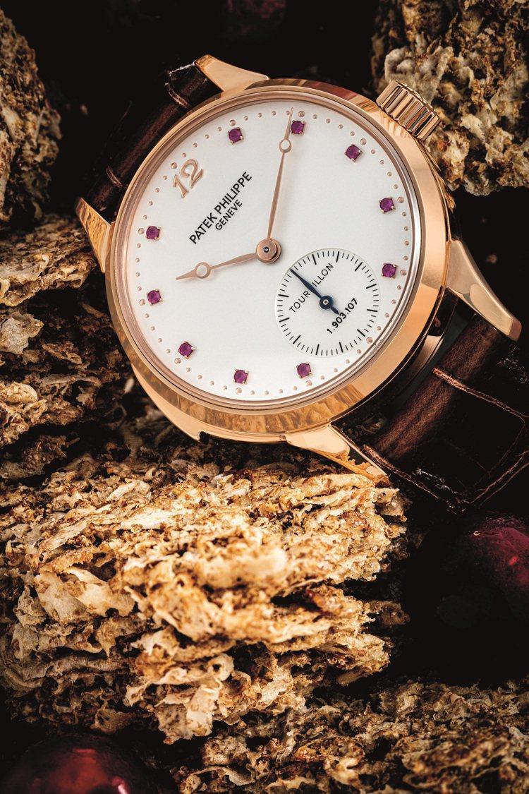 百達翡麗型號3939的18k紅金三問陀飛輪腕表,配鑲紅寶石數字表盤,約2008年...