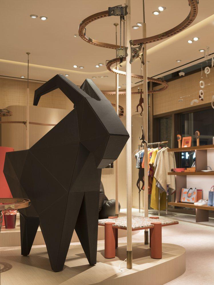 petit h工坊遵循「以材料為優先考量」的概念進行創作,網羅項鍊、手環、遊戲組...