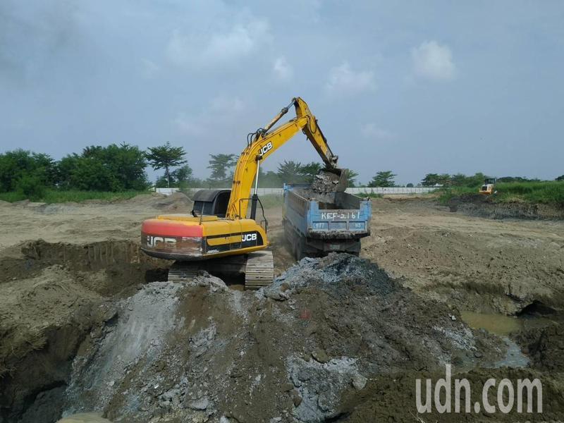 台南市學甲區爐渣農田開挖,附近工業區也遭檢舉被掩埋爐渣。圖/台南市環保局提供