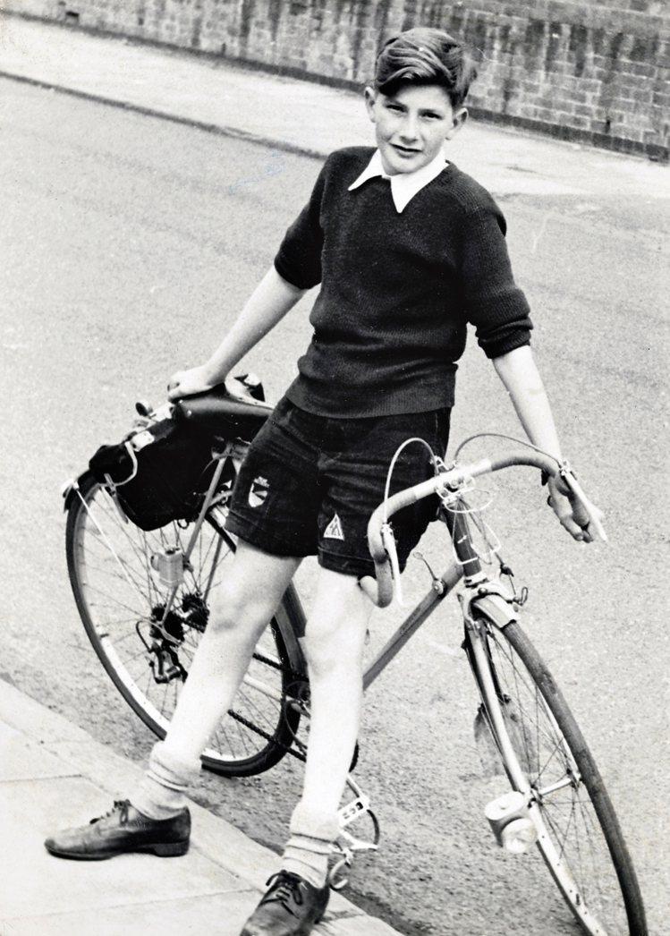 少年時代的Paul Smith與單車的合照。圖/Paul Smith提供