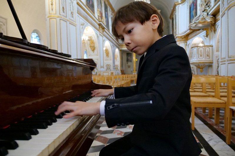 鋼琴神童基安在法國布呂努瓦(Brunoy)的教堂內排練。路透