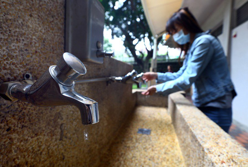今年創下自1964年以來首次無颱風襲台紀錄,全台各水庫水量都創下歷史新低。水情亮黃燈,經濟部水利署呼籲民眾節約用水。記者杜建重/攝影