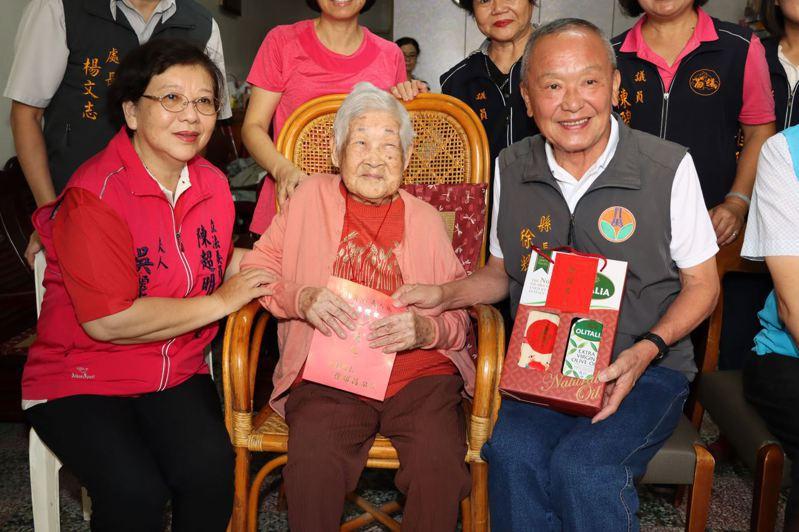 108歲的陳蕭曲妹女士(中)是苗栗縣最年長的人瑞,苗栗縣長徐耀昌上午前往慰訪。圖/苗栗縣政府提供