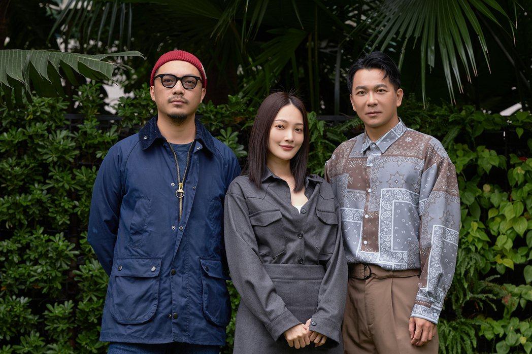 左起導演簡學彬、林映唯、肆一跑了150場「可不可以,你也剛好喜歡我」映後。圖/華...