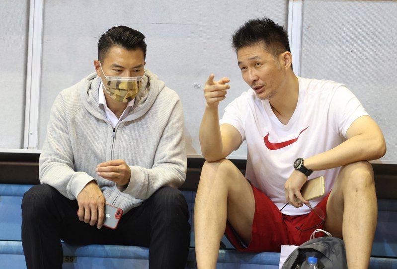 璞園職籃P+聯盟教頭劉義祥(右)和球隊總經理陳信安。圖/中華籃協提供