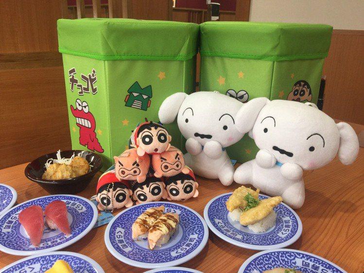 藏壽司推出巧客比收納盒、小白抱枕、小新娃娃、左衛門娃娃等一系列滿額贈禮。圖/藏壽...