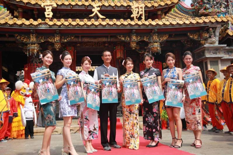 人美心也美的28位空姐,著旗袍秀愛心年曆,朝天宮董事長蔡咏鍀(左四)參與其中。圖/北港朝天宮提供