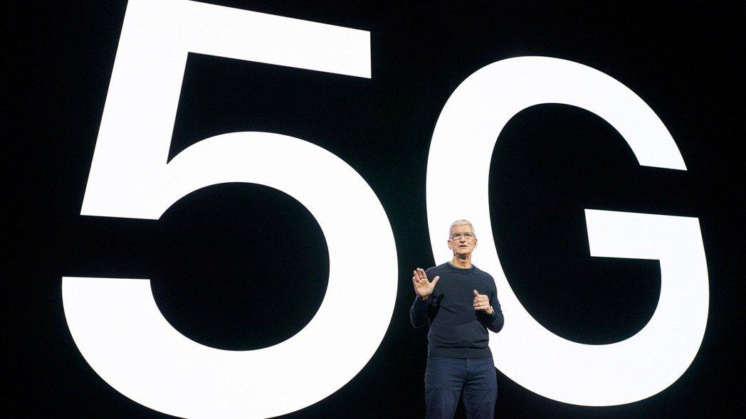蘋果執行長庫克在13日的新品發表會上討論5G。   歐新社