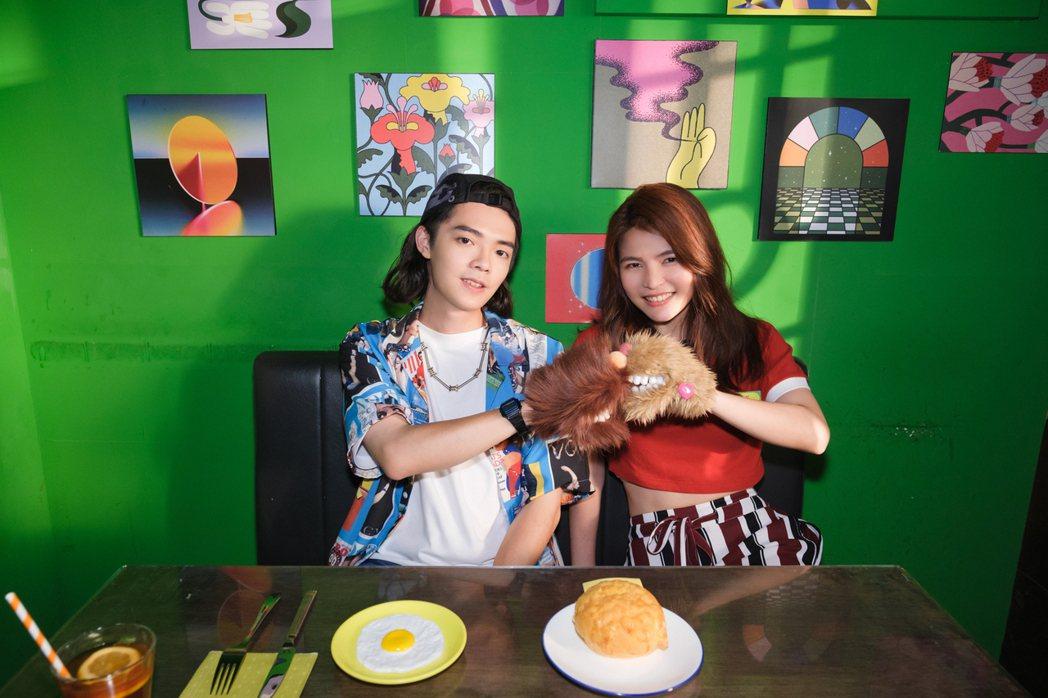 曾柏鈞(左)最新單曲「噗通」,邀來同門師姐邱詩凌合唱。圖/寰亞提供