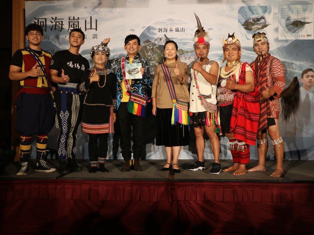 黃子佼(左四)聽見原住民歌手的美聲,直喊要退出歌壇。圖/花蓮縣政府提供