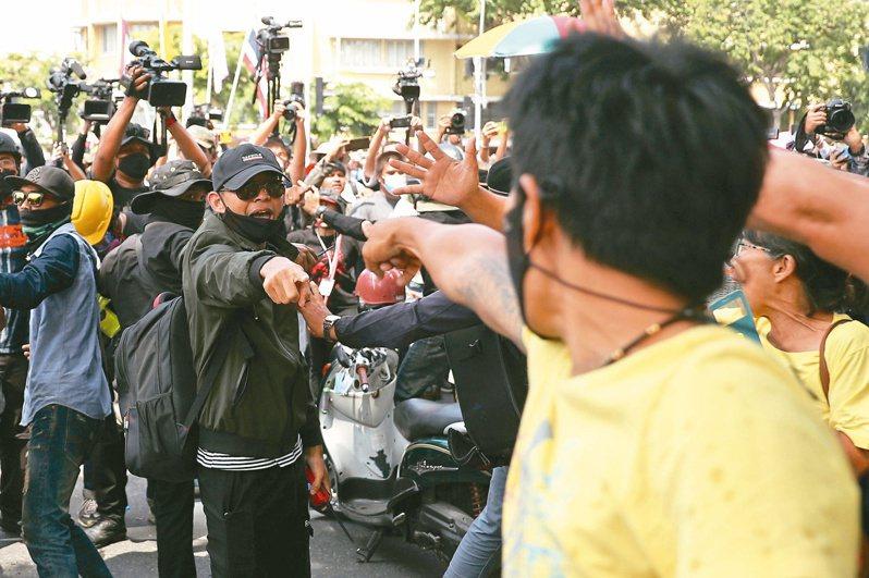 要求王室改革、總理下台的泰國示威者和保皇派群眾,十四日在曼谷街頭對罵。(路透)